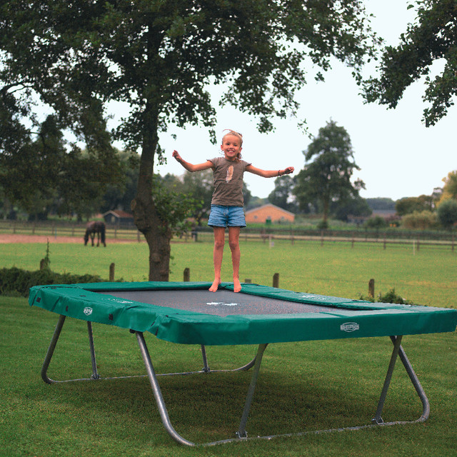 rechteckige trampoline f r spa im garten trampolin. Black Bedroom Furniture Sets. Home Design Ideas
