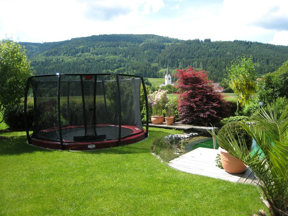 jetzt im herbst den garten mit trampolin planen. Black Bedroom Furniture Sets. Home Design Ideas