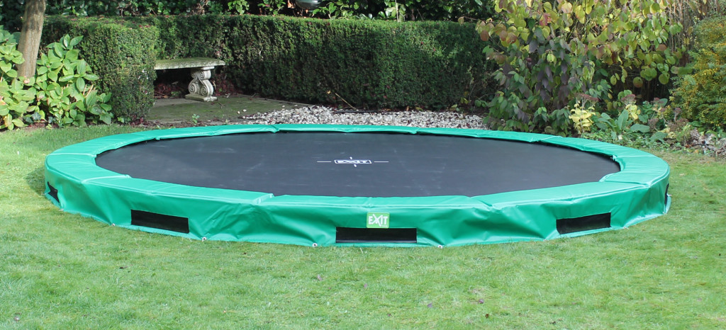 bodentrampolin inground im garten eingegraben. Black Bedroom Furniture Sets. Home Design Ideas