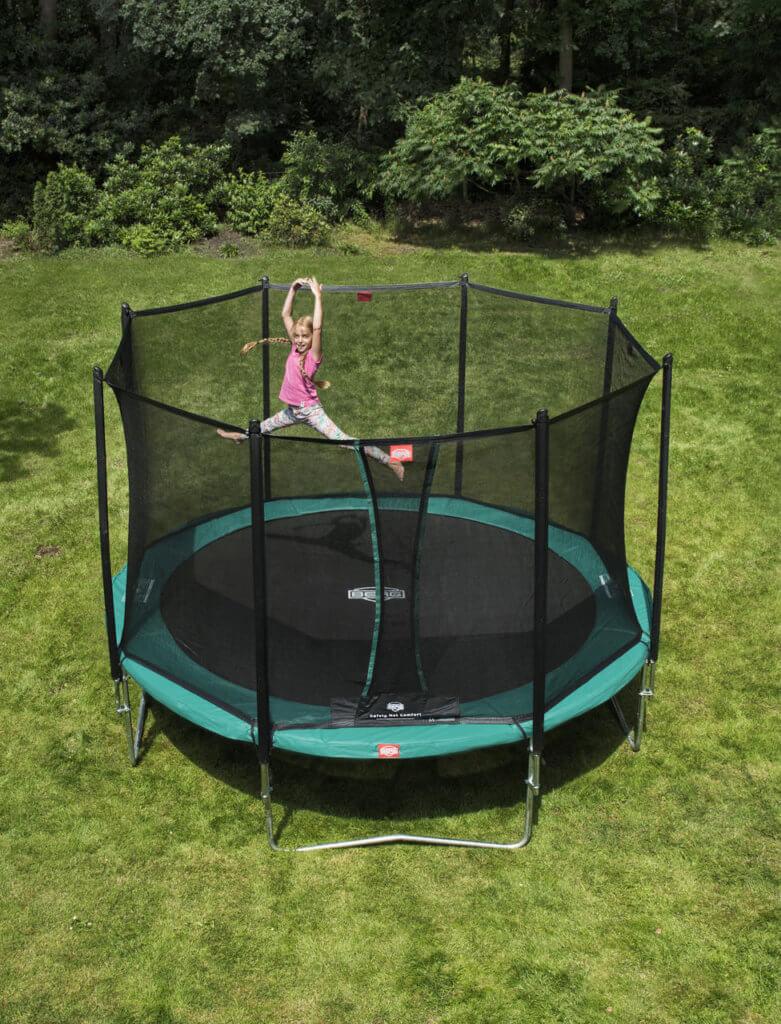 Übungen auf einem Gartentrampolin - Spagat auf dem Berg_favorit_380__safety_net_comfort_trampolin-profi.de