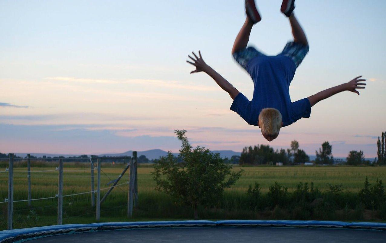 Übungen auf einem Gartentrampolin - Salto machen Tipps - trampolin-profi.de