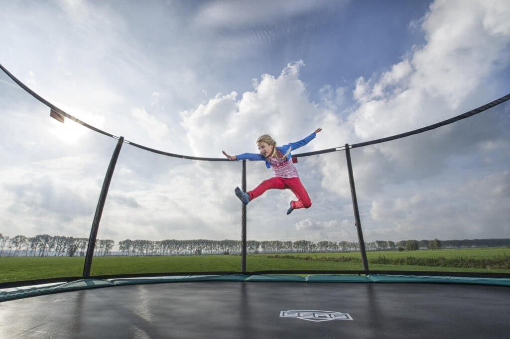 Trampolin nutzen das ganze Jahr über - Tipps zum Thema Wasser auf dem Trampolin - trampolin-profi.de