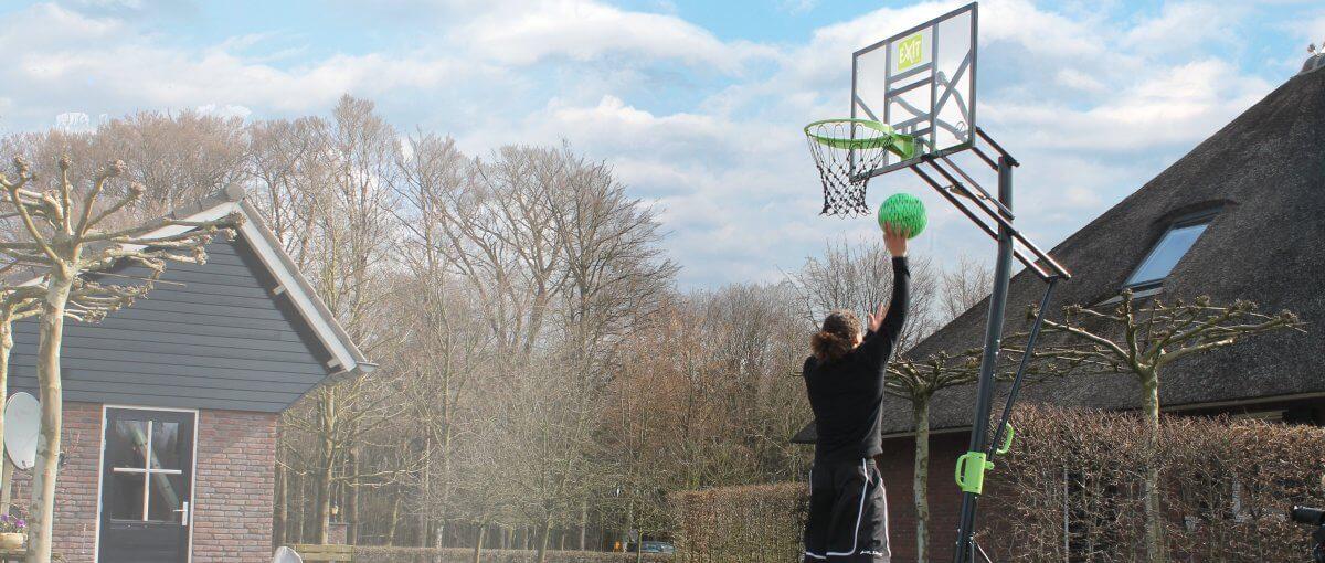 Basketball spielen auf dem Gartentrampolin - so geht´s - trampolin-profi.de