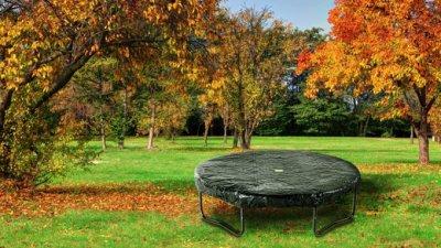 Abdeckfolie aufs Gartentrampolin? Investieren Sie lieber in eine Original Trampolinabdeckung - Tipps von trampolin-profi.de