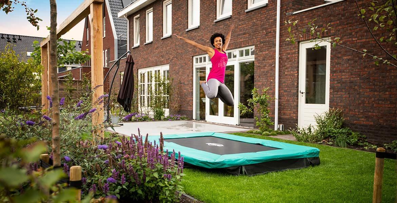 Der optimale Untergrund für das Trampolin - Rasenfläche bietet sich an - trampolin-profi.de
